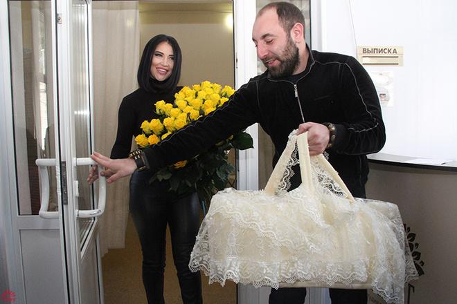 Виктория Берникова выписалась из роддома