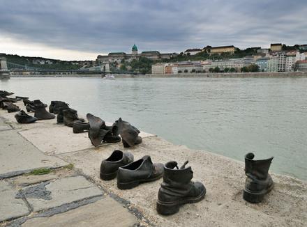 Туфли на набережной Дуная, мемориал в память о жертвах холокоста, установленный в 2005 году в Будапеште