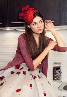 Платье-бюстье, расшитое стеклярусом и цветами из ткани, ободок из шелка, все – Blugirl; кардиган из трикотажа, So French, цена по запросу.