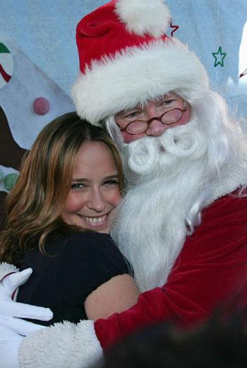 Дженнифер с удовольствием обнималась с Санта Клаусом