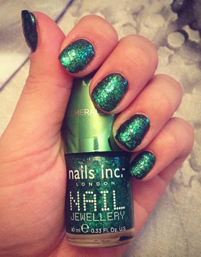 Виктория Дайнеко выбирает зеленый лак для ногтей с шиммером