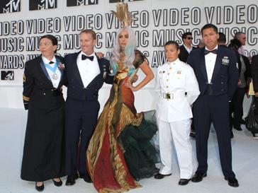 Леди Гага (Lady Gaga) привезла 8 статуэток домой