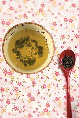 Вода или зеленый чай для выведения токсинов.