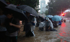 В китайском метро пассажиры заблокированы в поезде из-за наводнения (видео)
