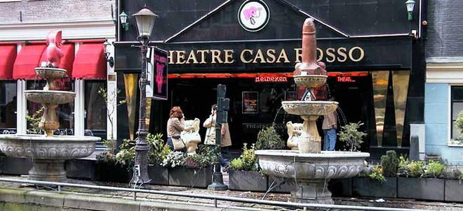 Посетителей порнотеатра приветствует фаллический фонтан.