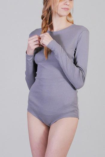 Светло-серое боди из коллекции «Oh, my knits!» с длинными рукавами, представленное в шоу-руме Click-boutique.