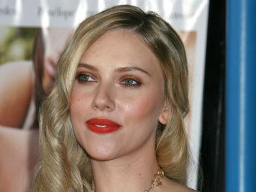 Коллеги по съемочной площадке необычно поздравили Скарлетт Йоханссон (Scarlett Johansson)