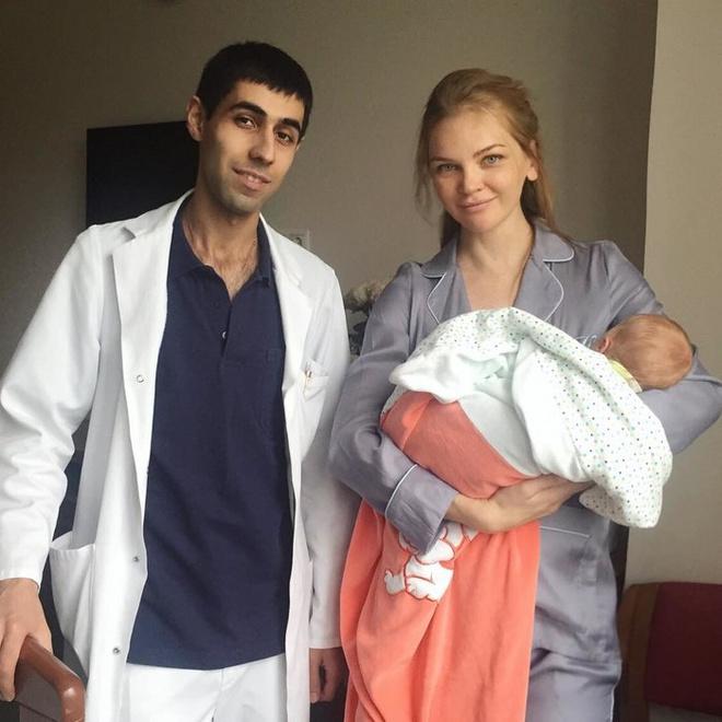 Елена Кулецкая с новорожденной дочкой