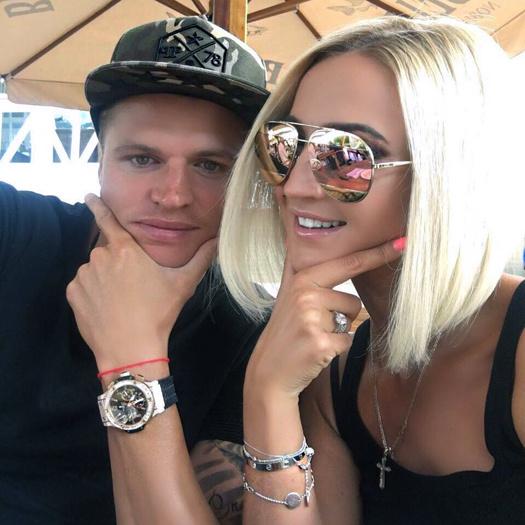 Ольга Бузова подарила мужу-футболисту золотой бритвенный станок: фото