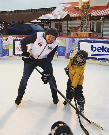 Андрей Бурковский с сыном на хоккее, фото