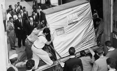 фотографии грузчики поднимают жесткий диск компьютера 1956