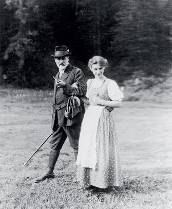 Зигмунд Фрейд (1856–1939) с дочерью Анной, ок. 1913 года