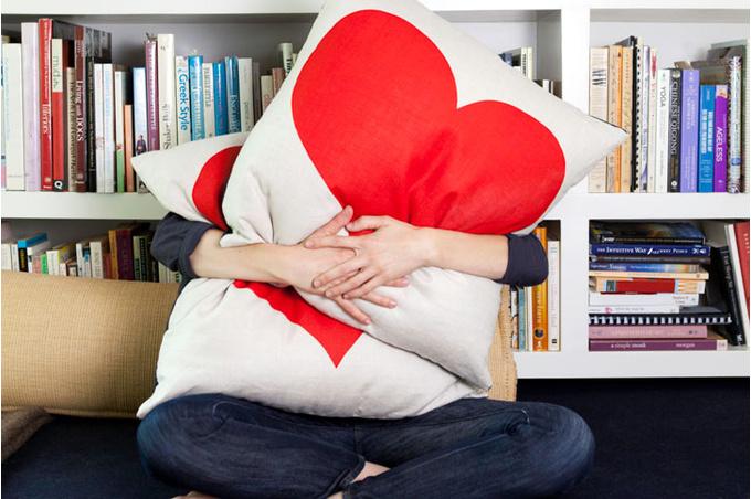 Женщина за подушками