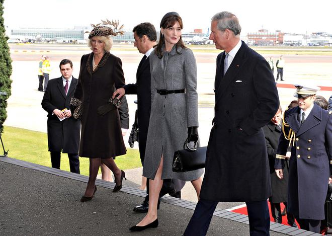 Французы по праву могут гордиться новой первой леди - ее скромный серый костюм смотрелся исключительно элегантно.