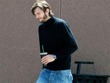 Легендарный образ Стива Джобса: Эштон Катчер (Ashton Kutcher) в черной водолазке и синих джинсах.