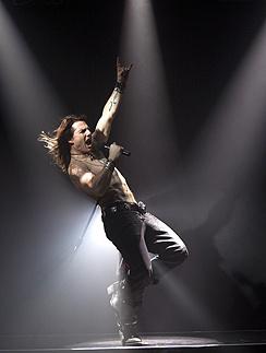 Том Круз играет рокера