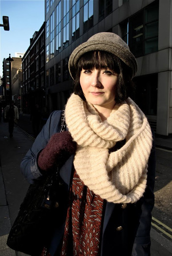 Центром образа, созданного девушкой из Лондона, является необычный шарф крупной вязки. Сочетание молочного, темно-синего и оттенков коричневого приятно радуют глаз.