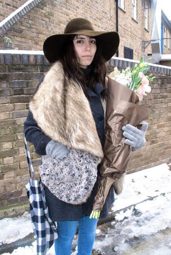 Широкая шляпа земельного оттенка, жилет с меховым воротом, синие джинсы-дудочки и ароматные букет – эту девушку фотограф Иван Родик (Yvan Rodic), ведущий свой блог Facehunter, встретил на улице Лондона.