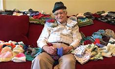 Американский дедушка вяжет шапочки недоношенным детям