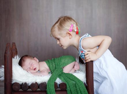 Старшая сестра с маленьким братом