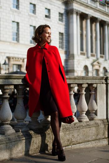Черное платье-футляр и туфли на каблуках подчеркнут изящность фигуры, а алое пальто в стиле new look разбавит монохромную гамму.