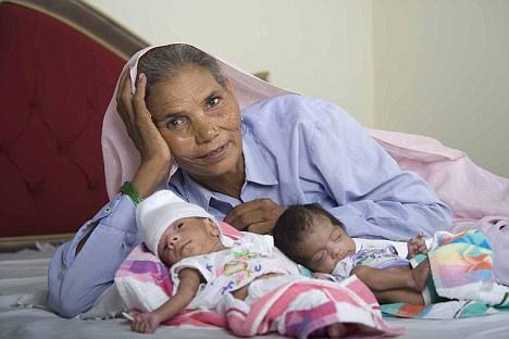 Омкари Панвар (Omkari Panwar) побила рекорд Марии Боусады и стала абсолютной рекордсменкой среди старых рожениц, после того как родила двойню в 2008 году. В момент родов ей было 70 лет.