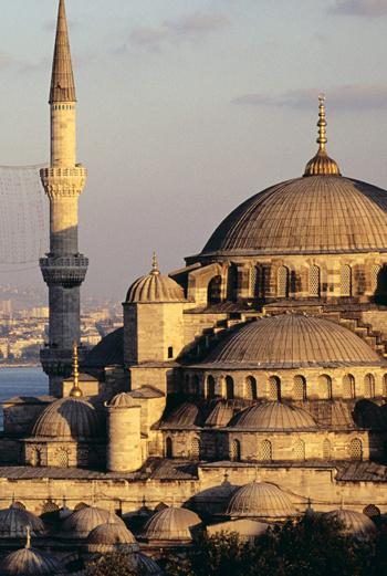 Голубая мечеть с шестью минаретами, расположенная на берегу Мраморного моря, считается одним из величайших шедевров исламской и мировой архитектуры.