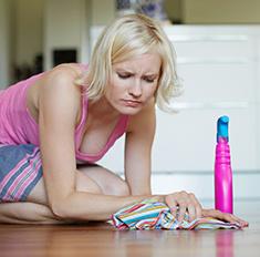 Замести следы: как почистить мебель после праздника