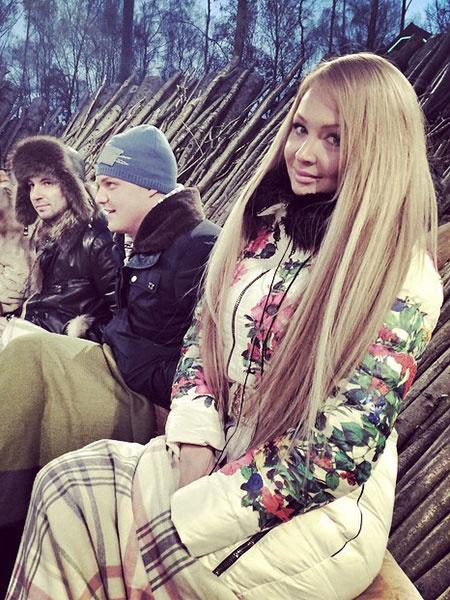 Дарья Пынзарь в цветочном пуховике