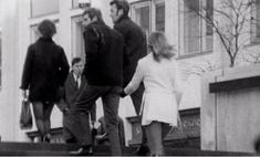 видео 1971 котором журналистка bbc щиплет мужчин ягодицы