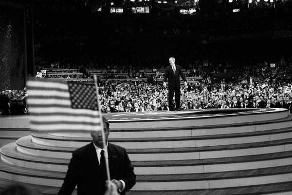 Республиканское Национальное Собрание в Мэдисон-сквер-гарден. Президент США Джордж Буш обращается к толпе. Нью-Йорк, 2004 год.