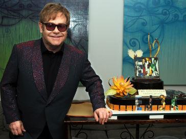 Элтон Джон (Elton John) выступил на вечере памяти Элизабет Тейлор