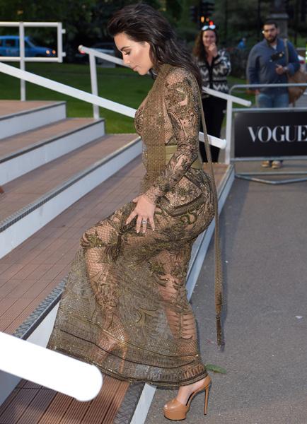 Ким Кардашьян без трусов и лифчика