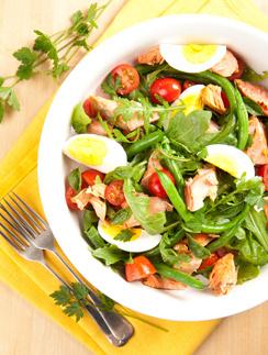 Салат с лососем и яйцами