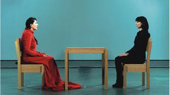 Во время перформанса The Artist is Present («В присутствии художника») зритель может сколько угодно сидеть напротив художницы Марины Абрамович. До 4 декабря в Москве проходит ее выставка в Центре современной культуры «Гараж» (www.garageccc.ru).