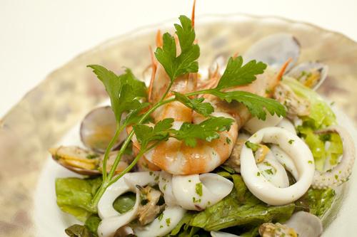 Салат с кальмарами и артишоками