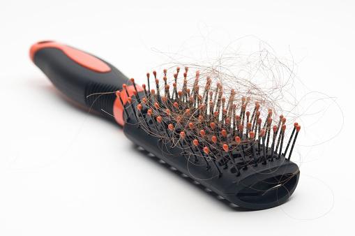 Почему волосы у девушек начинают выпадать