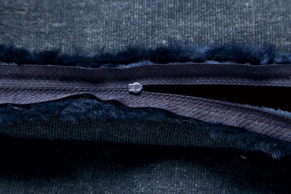 Два куска меха складывают лицевой стороной внутрь и прострачивают с трех сторон. С четвертой стороны вшивают молнию.