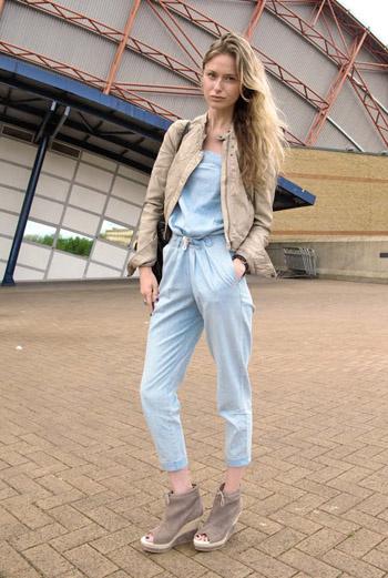 Стройную белокурую блондинку в джинсовом комбинезоне фотограф Face Hunter встретил на улицах Лондона. Нежное сочетание цветов, собранных ею в наряде, радует глаз.
