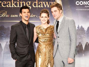 """Кристен Стюарт (Kristen Stewart), Роберт Паттинсон (Robert Pattinson) и Тейлор Лотнер на премьере """"Сумерки. Сага. Рассвет. Часть 2"""" в Берлине"""