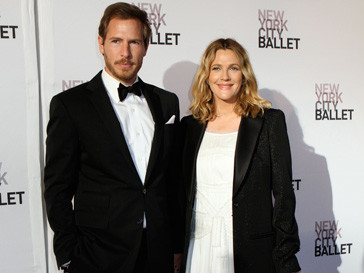 Дрю Бэрримор (Drew Barrymore) с женихом на New York City Ballet Gala в платье Chanel