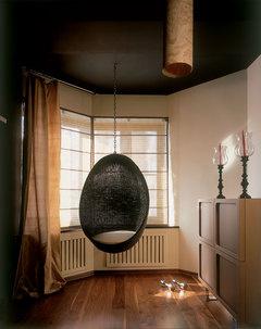 Хозяин попросил обособить этот уголок гостиной, чтобы любоваться видом из окна. Кресло, Pierantonio Bonacina.