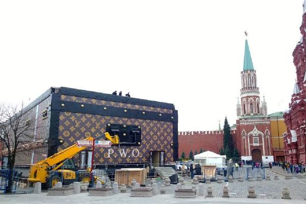 Сундук Louis Vuitton на Красной площади