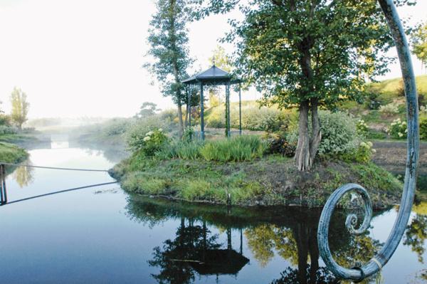 Беседка на маленьком островке посреди речки