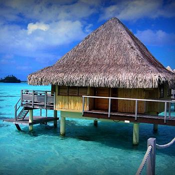 Местные бунгало стоят прямо на воде на сваях. Вечером на террасе вы любуетесь закатом, а утром прекрасная таитянка привезет вам завтрак на каноэ. Такое возможно только на Бора-Бора, где отпуск обходится в несколько сотен долларов в день.