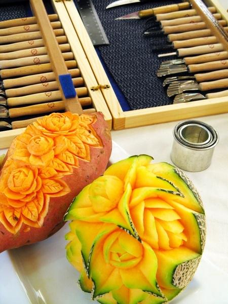 Существуют специальные наборы инструментов для карвинга. Однако для создания украшений на обычной кухне достаточно острого ножа и ножниц.