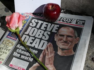 Поклонники во всем мире скорбят и несут к магазинам Apple цветы и яблки