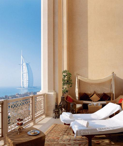 Вид из гостиницы Mina A'Sаlam: синее море, яркое солнце и архитектурный шедевр.