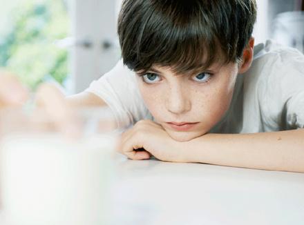 Грустный ребенок за столом