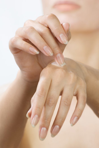 Если руки стали слишком чувствительны и начались проблемы, нужно прекратить использовать гели и мыло, содержащие щелочь.